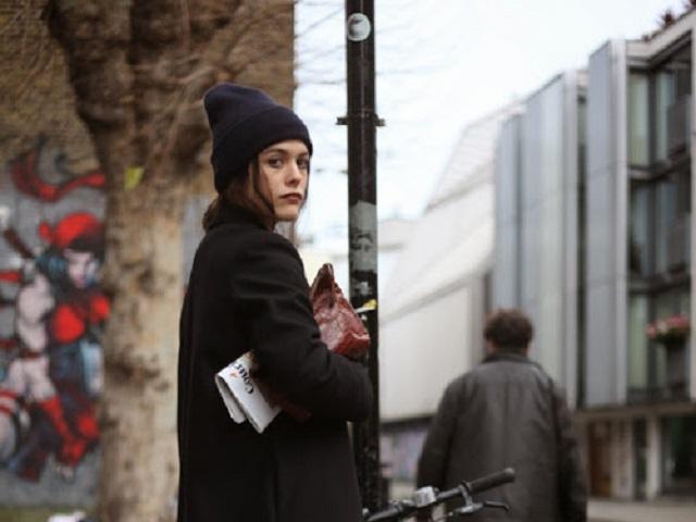 ニット帽の女性6-1
