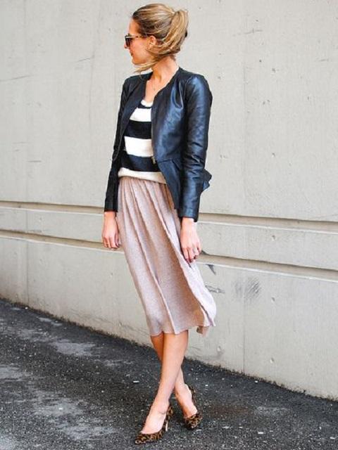 レザージャケットにスカートを合わせたコーディネート