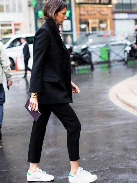 モノトーンに取り入れる白スニーカースタイル