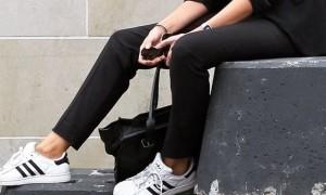黒い服×白い靴! モードに取り入れる白スニーカースタイル