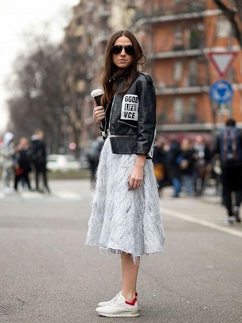 モノトーンなのに女っぽい黒レザージャケット×スカートスタイル