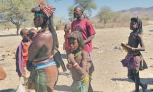 ナミビア(8) はしゃぎすぎたヒンバ族・ヘレロ族・デンバ族の村訪問