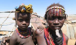 エチオピア(17)ダサネチ族の伝統と流行。対観光客の不思議な温故知新