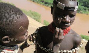 エチオピア(18)カラ族村訪問&食事中の「ビー」と「グルシャ」に涙目