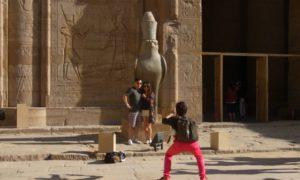 エジプト(5)フェリーで立ち寄るホルス神殿とエスナ・ロック