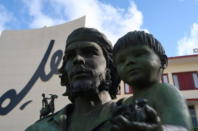 子供を抱くゲバラ像(Statue of Che Guevara Holding a Child)