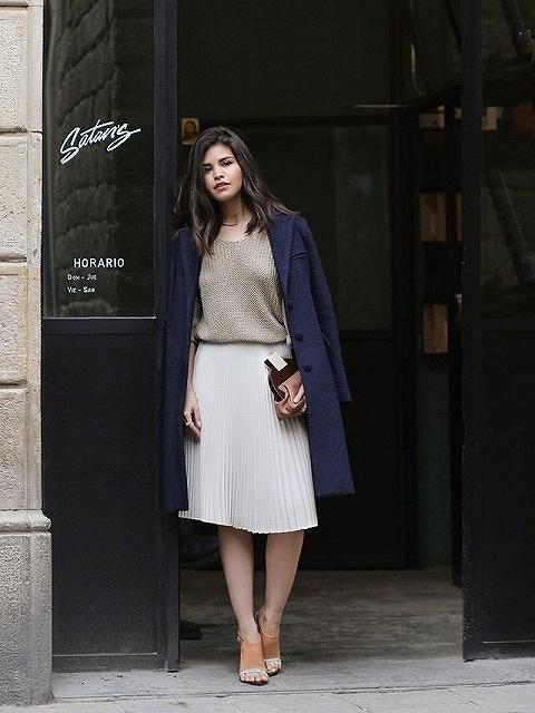 チェスターコート×スカートのシンプルなのに女っぽいコーディネート