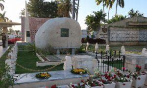 キューバ(43)サンタ・イフェニア墓地にてフィデル・カストロ氏のお墓参り