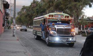 グァテマラ(1)アンティグアからパナハッツェル。はじめてのチキンバス体験